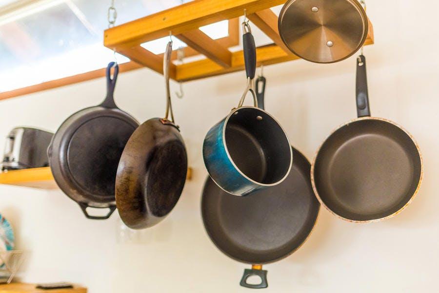 Casserole et poêle dans la cuisine