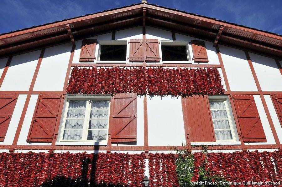 Maison au Pays Basque, recouverte de piments d'Espelette