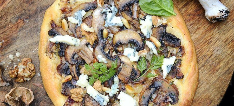 Pizza aux champignons, bleu et noix
