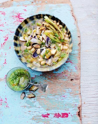 Bouillon de tellines au pesto de céleri vert et cocos de Paimpol
