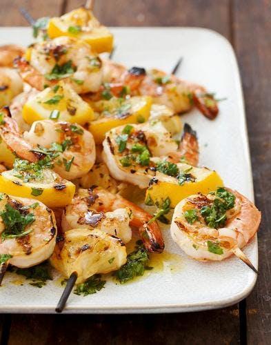 Brochettes de crevettes et citrons grillés