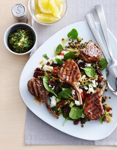 Côtes d'agneau grillées, salade de lentilles, épinards, feta et avocat