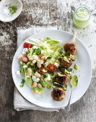 Brochettes de boulettes de poulet et courgette, salade de haricots blancs