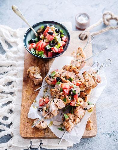 Brochettes de poulet, salade de tomates aux deux olives
