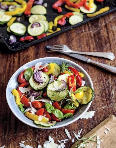 Salade de légumes d'été aux copeaux de parmesan