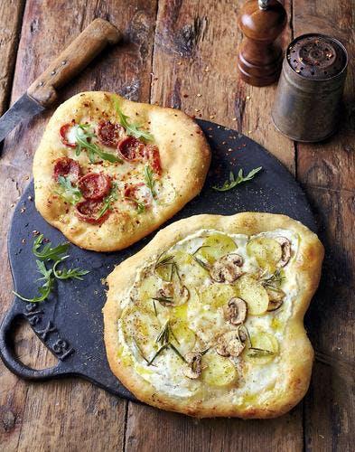 Pizza au salami et pizza blanche