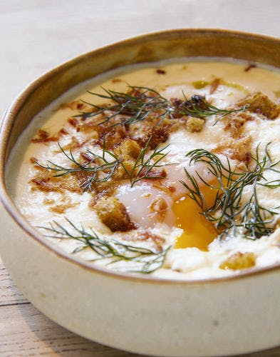 OEuf mollet, velouté de chou-fleur et crumble de pain sec et lard grillé