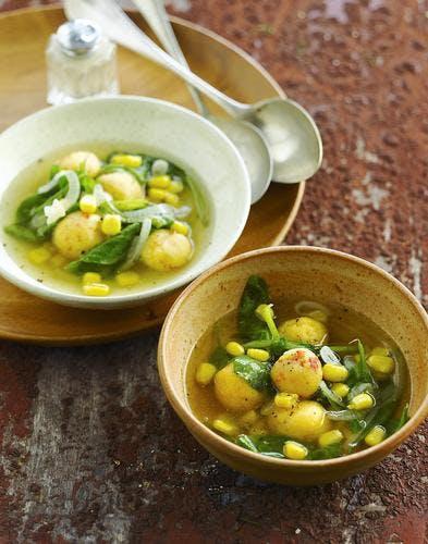 Bouillon d'épinards au maïs et boulettes de polenta