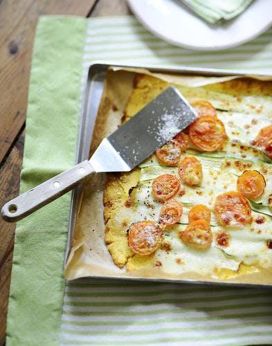 Pizza à la polenta, courgettes et tomates