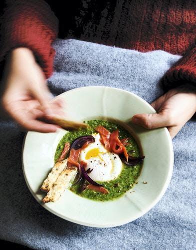 Velouté vert, saumon et oeufs pochés