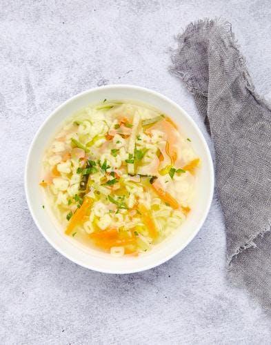 Bouillon de légumes au curcuma et pâtes alphabet