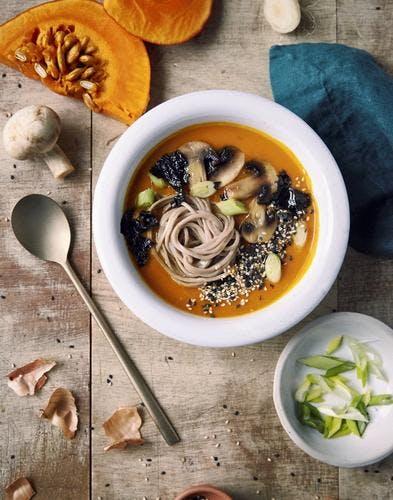 Bouillon miso à la courge, nouilles soba et champignons