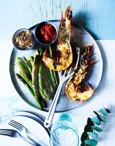 Gambas marinées, asperges et poivrons grillés