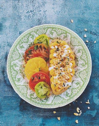 Tartine à la mousse de carotte au cumin, et salade de tomates multicolores