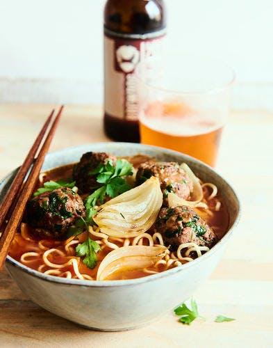 Nouilles chinoises au bouillon épicé et boulettes de boeuf