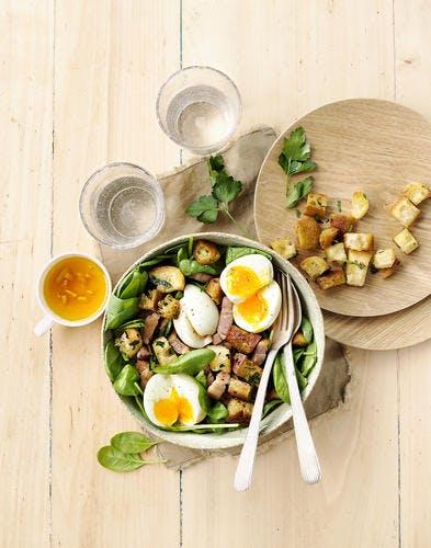 Salade d'épinards frais, oeuf mollet et croûtons persillés