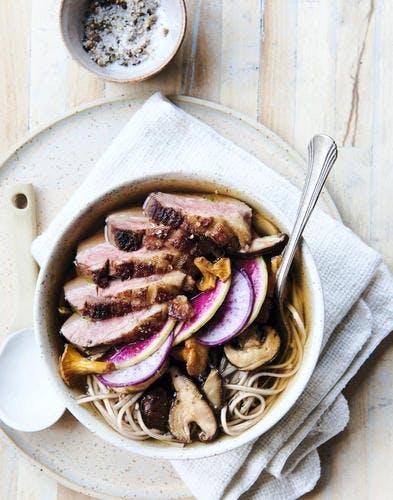Soba au bouillon d'oignons grillés, canard et champignons