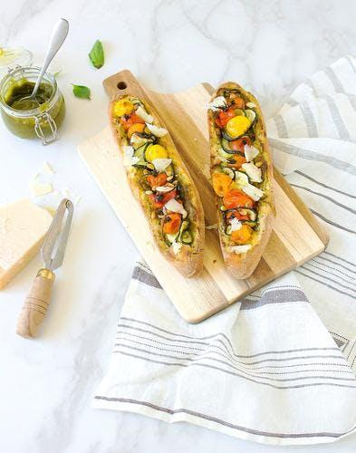 Baguettes farcies au pesto, courgettes et tomates confites