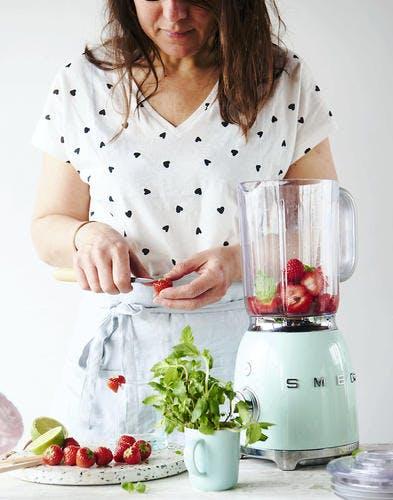 Mixer des fraises pour préparer un smoothie