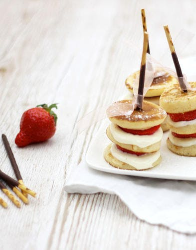 Brochettes de fraises et pancakes