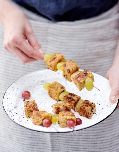 Brochettes de pain perdu aux figues et raisins