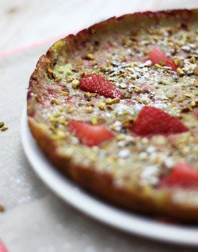 Clafoutis à la poêle pistache et fraises