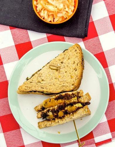 Sandwich végétarien au cheddar fondu et légumes grillés