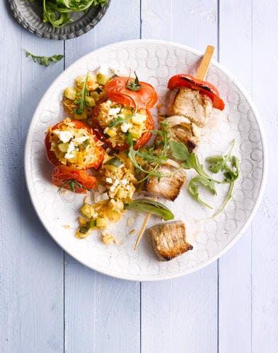 Brochettes de porc et tomates farcies au riz et à la feta