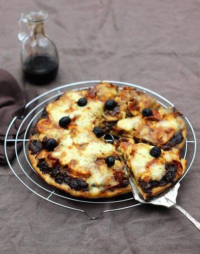Pizza aux oignons caramélisés, poulet rôti et chorizo