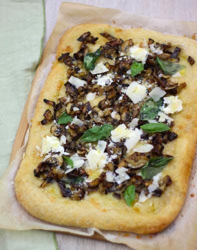 Pizza aubergine, mozzarella et champignons