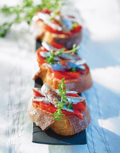 Anchois marinés au poivrons rouge sur pain de campagne