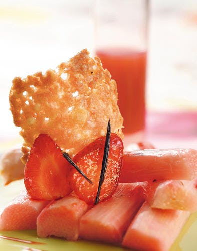 Rhubarbe à la vanille, fraises et tuiles dentelles