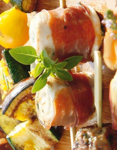 Brochettes de volaille au chèvre, concassée de tomates au basilic
