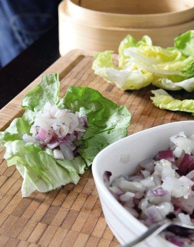 Salade avec des bouchées vapeur