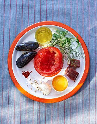 Tomate farcie aux œufs brouillés et aux moules tièdes safranées ingredients