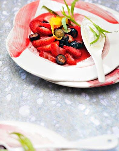 Wok de fraises et myrtilles à l'estragon