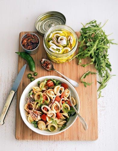 Salade d'orecchiette au pesto rouge et aux calamars marinés
