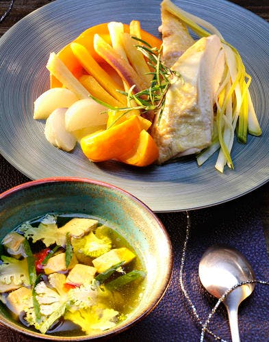 Poularde pochée aux épices et ses légumes d'hiver au foie gras