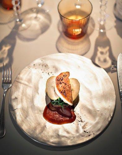 Grillade de foie gras de canard, tombée de jeunes pousses d'épinard et baerewecke