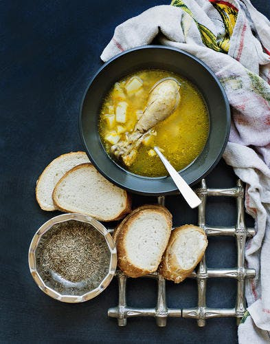 Bouillon de poulet à la pomme de terre et aux épices