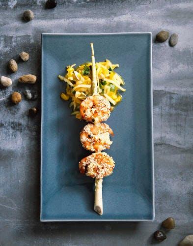 Gambas piquées à la citronnelle, salade de mangue et papaye verte