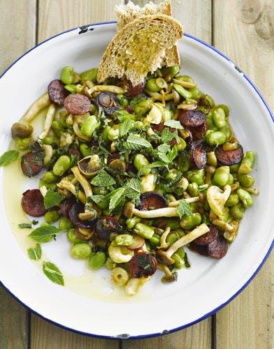 Fèves au chorizo, champignons et menthe