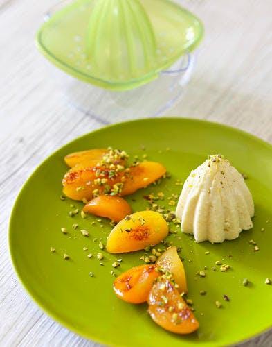 Gâteau de semoule, abricots poêlés et pistaches