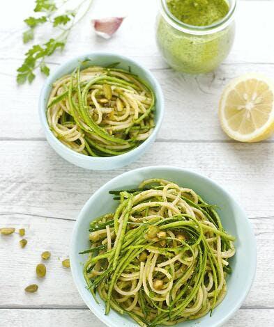 Linguine aux lamelles de courgettes et pesto persil-pistache