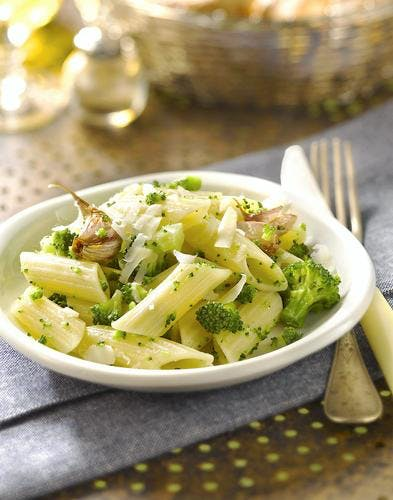 Penne aux brocolis, à l'ail frit et au pécorino