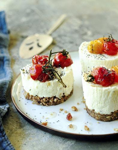 Cheesecake chèvre, dattes et tomates rôties