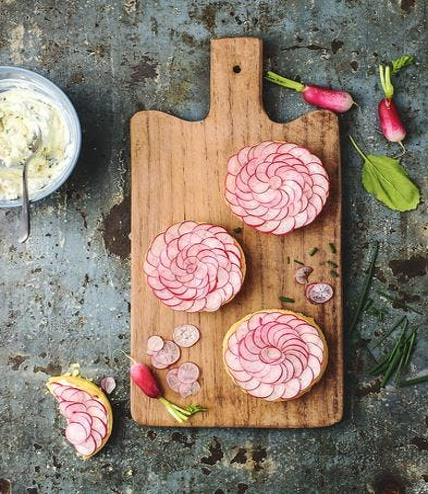 Tartelettes fleurs aux radis et fromage frais