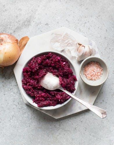 Salade de betterave râpée, ail, oignon et sel rose de l'Himalaya
