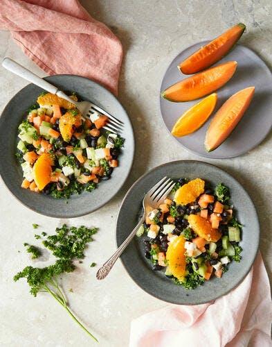 Salade de haricots noirs, melon, orange et feta au persil frisé