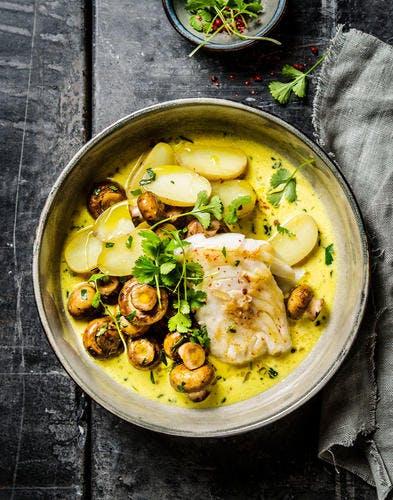 Cabillaud, sauce safrané aux champignons et pommes de terre